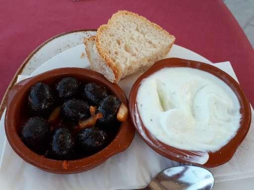 Brot mit schwarzen Oliven und Knoblauchcreme (acetunas, pan y aioli)