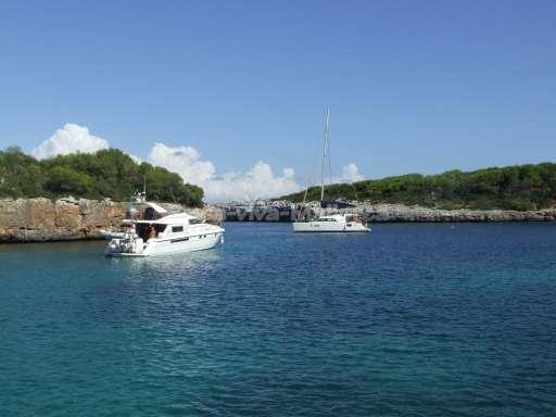 Boote an der Cala Sa nau