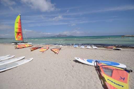 Playa de Muro Strand mit Surfbrettern